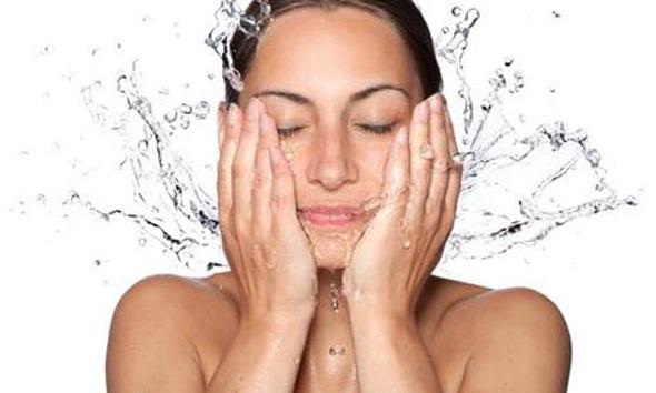 洗顔する女性