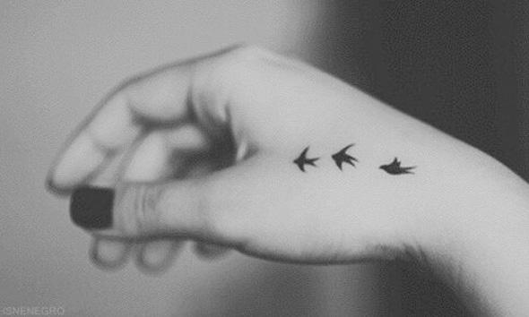 タトゥーを入れた女性の手