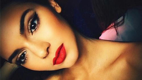 鮮やかな唇の女性