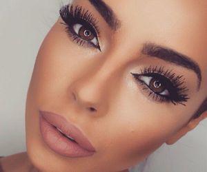 厚い唇の女性