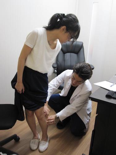 湘南美容外科の上原医師の診察を受ける北条かや