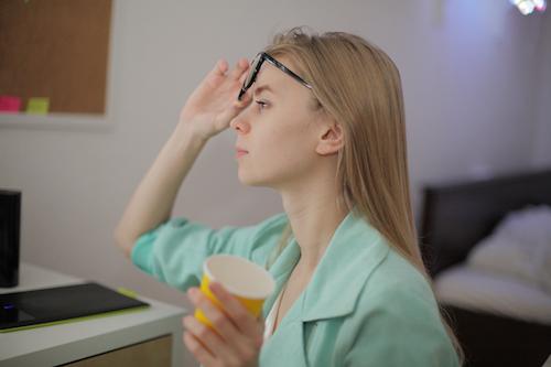 視力が悪いことが原因となる眉間のしわ