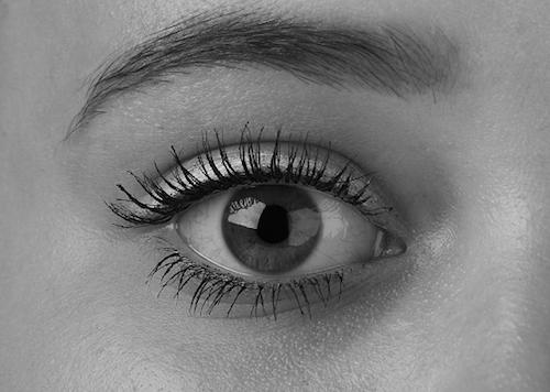 目の下にくまがあるとこんな印象を持たれてしまう