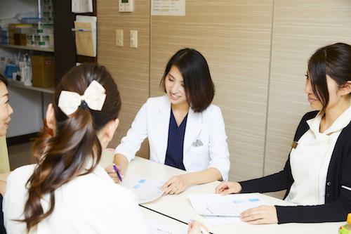 スタッフとミーティング中の藤井聡美先生