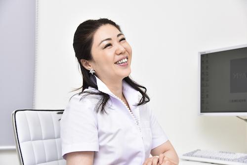 スタッフと申し送りする八重洲形成外科・美容皮膚科・矢沢真子先生